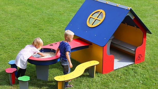 Spielhaus mit Matschtisch